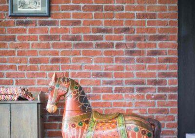 Décoration, mur de brique et cheval de bois