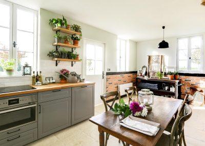 Cosy-side-cuisine-d-ete-jardin-d-hiver-table