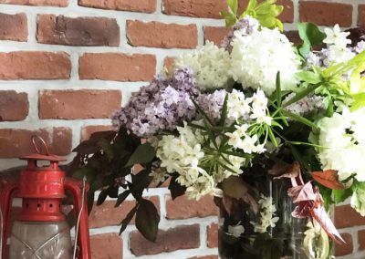 cosy-side-mur-brique-bouquet-deco